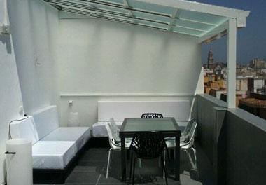 Reforma de Terraza con mobiliario a medida, barbacoa de gas, techo eléctrico de cristal, estufas...